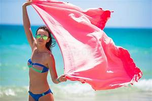 Serviette De Plage Femme : jeune femme avec la serviette de plage pendant le tropical image stock image du chaud ~ Teatrodelosmanantiales.com Idées de Décoration