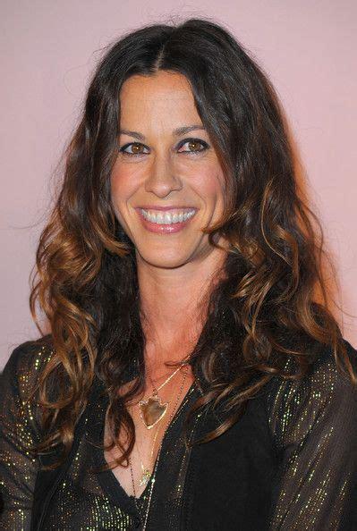 Alanis Morissette Smiling | Capelli