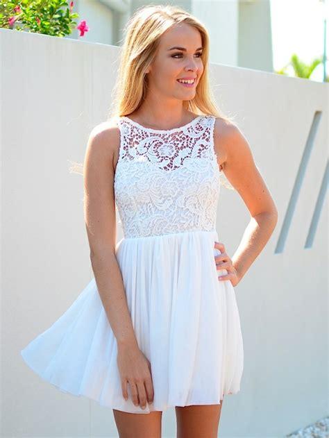 canapé style togo 70 idées avec la robe blanche dentelle en tendance
