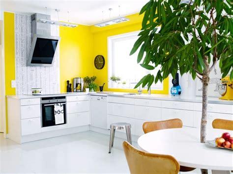 cuisine blanche et jaune idée décoration cuisine le charme de la cuisine scandinave