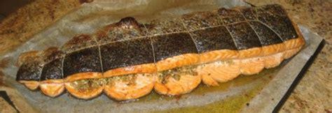 cuisiner saumon entier poisson farci aux herbes et cuit au four andre d