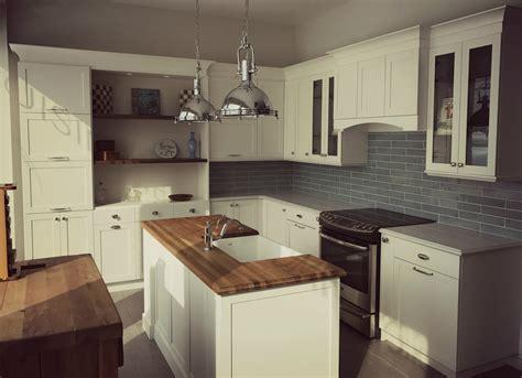 cuisine shaker cuisine blanche de style cape cod et mélamine bois foncé