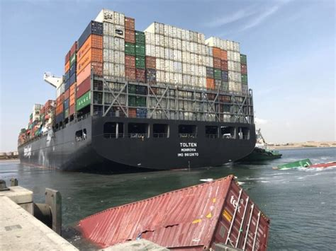 big mess  port  karachi  container ship