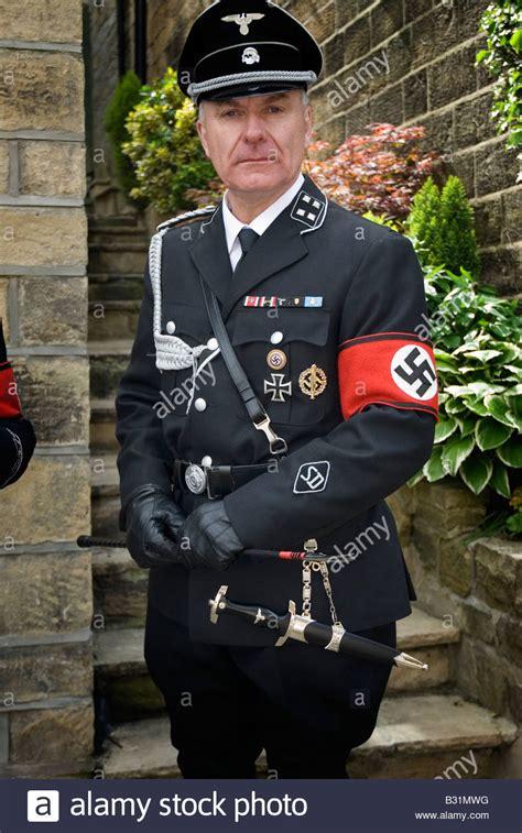 mann traegt nazi uniform im rahmen von haworth