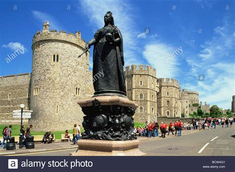 Statue in front of a castle, Queen Victoria Statue ...