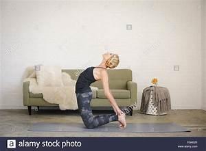 Alle Sitzmöbel In Einem Raum : eine blonde frau kniend auf eine yoga matte in einem raum yoga zu tun mit den h nden ber hren ~ Bigdaddyawards.com Haus und Dekorationen