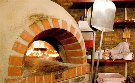 holzofen selber bauen pizzaofen im garten selber bauen bauanleitung tisch