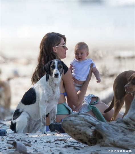 Gisele Bündchen relaxed on the beach with Vivian and their ...