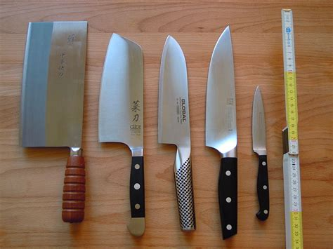 kitchen knives wiki file four chef s knives and an paring knife jpg wikimedia commons