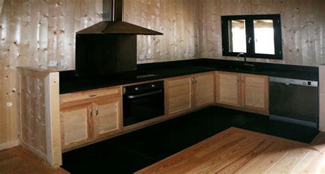 meuble de cuisine l ensemble des murs de la maison est habillé en sapin