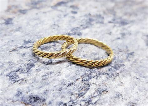 Vīti laulību gredzeni rotaļīgam pārim - Laulību gredzeni ...