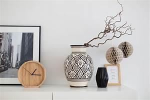 Große Deko Vasen : gro e vasen dekorativ in szene setzen ~ Markanthonyermac.com Haus und Dekorationen