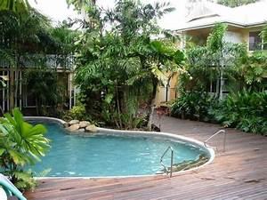 schwimmbecken in ovaler form poolumrandung aus holzdielen With französischer balkon mit ovaler pool garten
