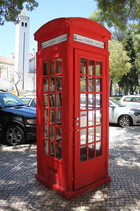 cabine de leitura a telephone booth turned into a library