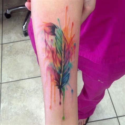 tatouage bras plume aquarelle femme tatouage femme