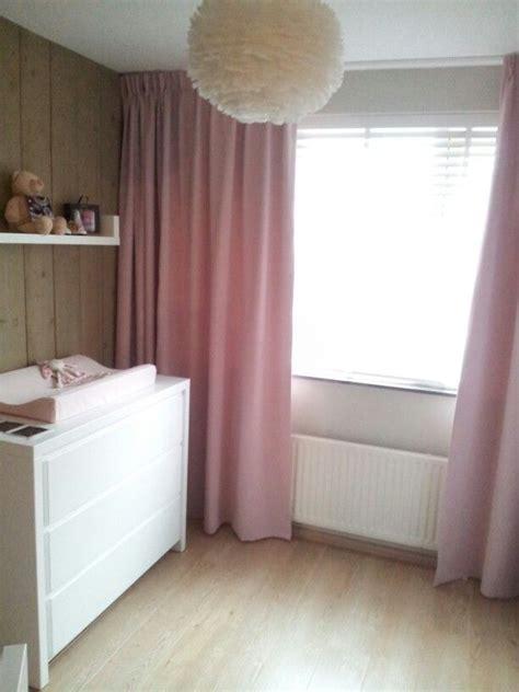 stoere lieve babykamer met ganzenveren lamp en houten