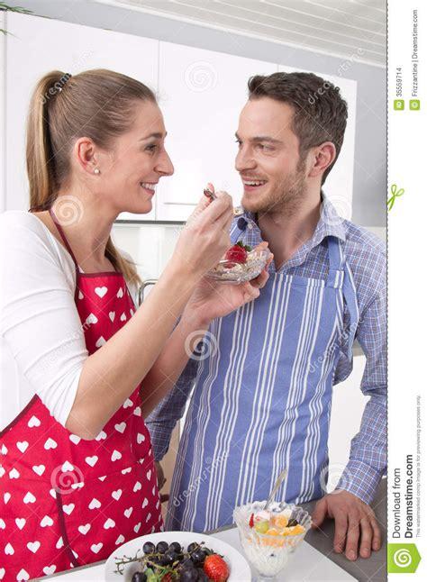 couples amour cuisine les couples dans l 39 amour faisant cuire ensemble dans la