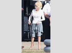 Dolly Parton wears peculiar skirt as Australian tour rolls