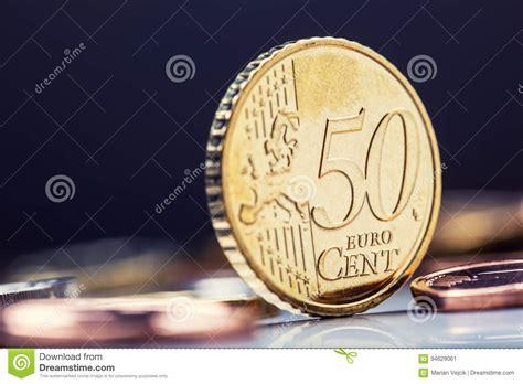 1 rand en euros vijftig centmuntstuk op de rand geld munt die muntstukken op elkaar in