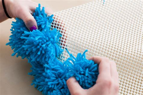Pom Pom Teppich A Pom Pom Rug Wall Hanging And Table Cover In One Brit Co