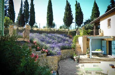 terrazzamenti giardino progettare un giardino rustico pieno di colori e calore