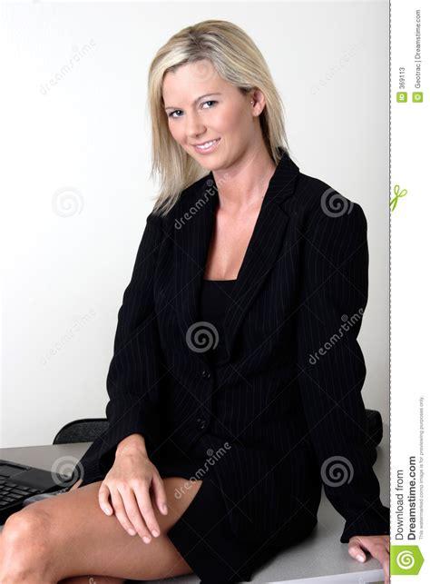 jupe bureau dame de bureau s 39 asseyant sur bureau image stock