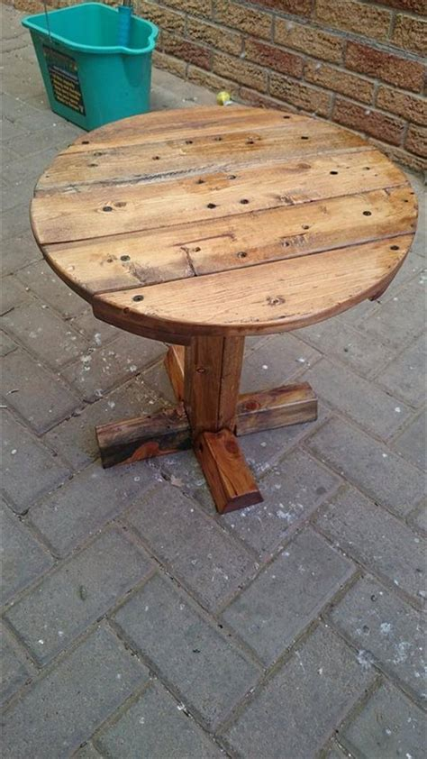 We just love our reclaimed wood projects. DIY Pedestal Pallet Round Coffee Table | 99 Pallets