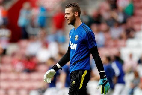 Born 7 november 1990) is a spanish footballer who plays for manchester united as a goalkeeper. Football: David de Gea signs new deal at Man Utd   ABS-CBN News