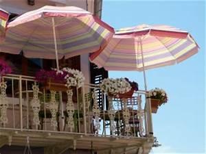 balkon gestalten infos und ideen garten mix With markise balkon mit tapete blumen vintage