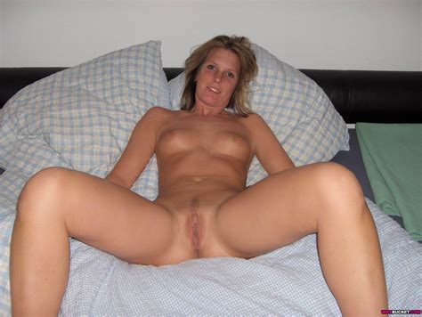Amateur wife spreading their legs and opening their pussy lips - Pichunter