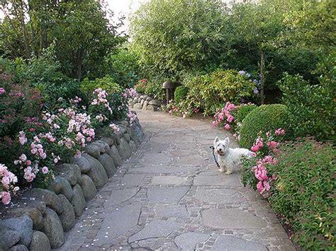 gartenarchitektur gartenweg mit hund kampen sylt zu gruen