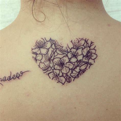 tatuaggio cuore con fiori 1001 idee per tatuaggio cuore in tutte le possibili opzioni