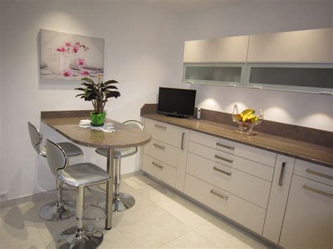 cuisine beige et marron réalisation cuisines couloir modèle beige rosé avec plan