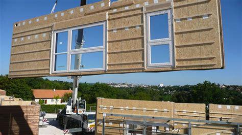 cot maison en bois free finest chantier duune en bois avec la pose duun mur prfabriqu with maison prfabrique with
