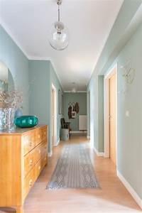 deco couloir en bleu pastel et blanc avec tapis en gris With tapis de couloir avec edredon canapé