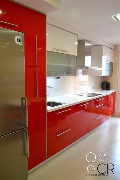 cocina rojo ferrari combinada en blanco cocinas cjr