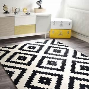 Les 25 meilleures idees de la categorie tapis noir et for Tapis kilim avec canape cuir et fauteuil