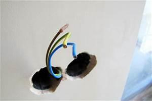 Loch Kunststofftür Reparieren : ein stromkabel angebohrt in der wand so gehen sie vor ~ Buech-reservation.com Haus und Dekorationen