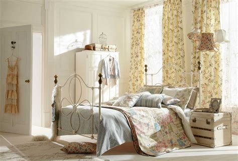 Shabby Chic Bedroom Decorating Ideas With Iron Bed Frame