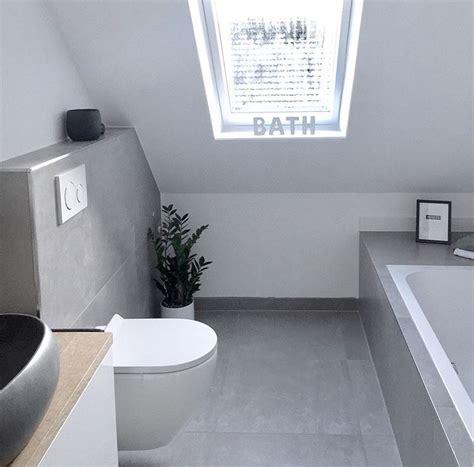 Badezimmer Fliesen Dachschräge by Dachschr 228 Ge Fenster Graues Badezimmer Betonoptik