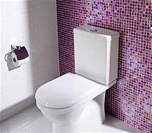idee deco wc avec du carrelage adhesif violet rose With carrelage adhesif salle de bain avec led visage a domicile