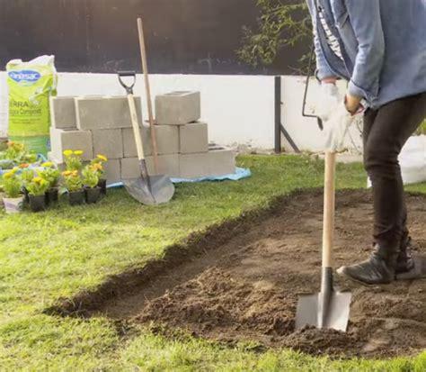 Construye Una Huerta Con Bloques De Concreto En El Jardín