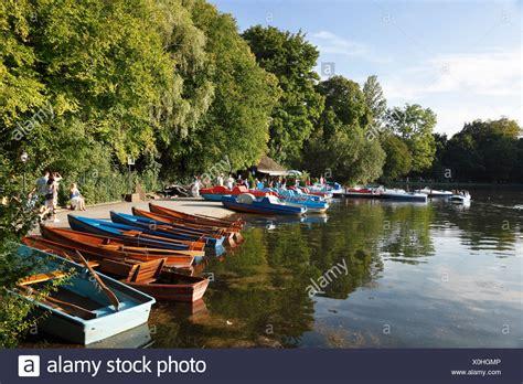 englischer garten münchen bootsverleih kleinhesseloher lake stockfotos kleinhesseloher lake