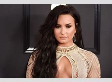 Demi Lovato Had a Shoe Malfunction on the Grammys Red