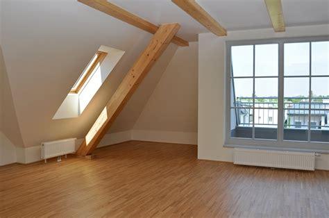 chambre avec plafond en pente peindre des poutres la technique pour réussir à coup sûr