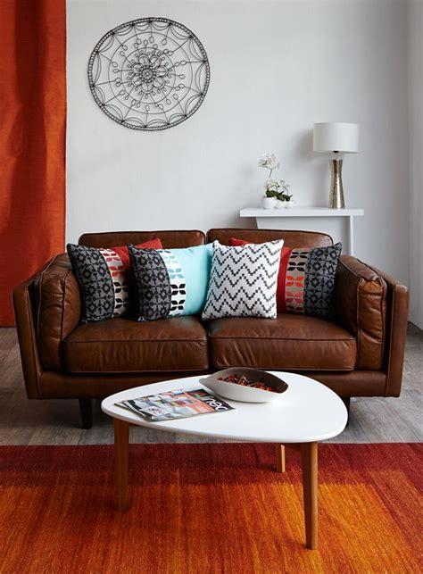 accessoire canapé les 25 meilleures idées concernant décor de canapé marron