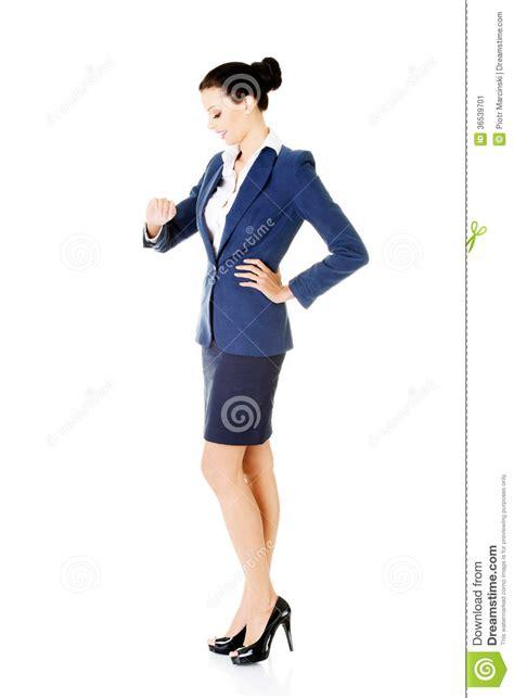 bureau de contr e la femme d 39 affaires regarde sa montre sur le poignet