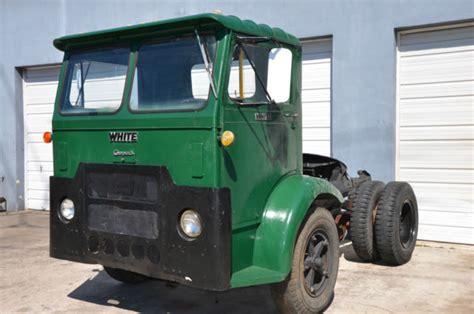 white truck compact cab   semi truck model