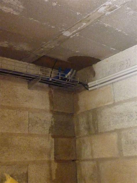 fuite d eau mur humide il y a queqlues mois juai colmat avec du ciment le vide sous le seuil