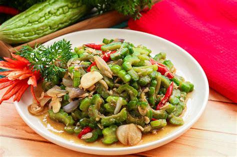 Tumis bawang putih cincang, irisan bawang merah. Tumis Pare | Resep dari Dapur KOBE